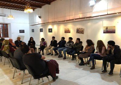 معرض مقيد يعرض لوحاته الفنية بدون تقييد